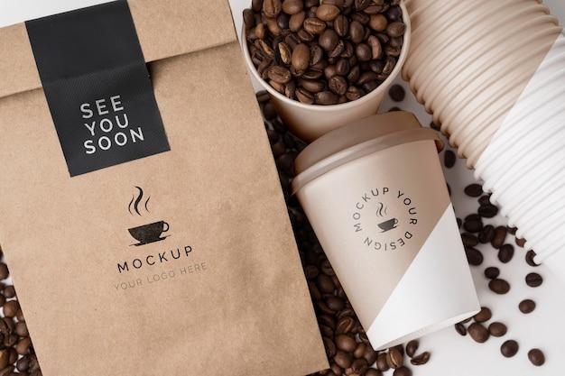 커피 용 플라스틱 컵과 종이 봉지