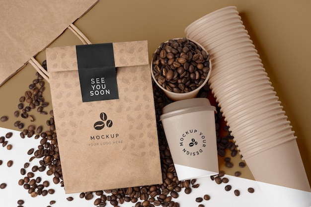 Bicchiere di plastica e sacchetto di carta per caffè