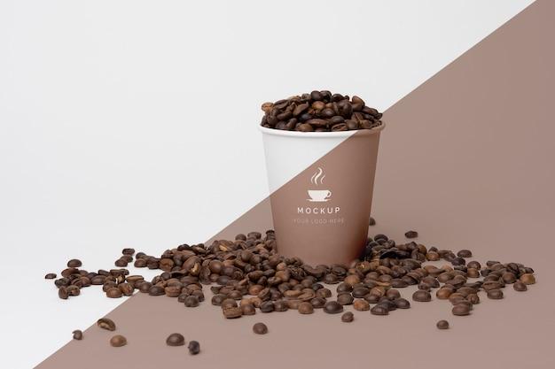 Пластиковый стаканчик с кофейными зернами