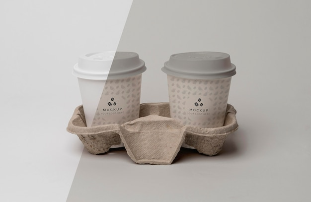 커피와 함께 플라스틱 컵을 지원합니다.
