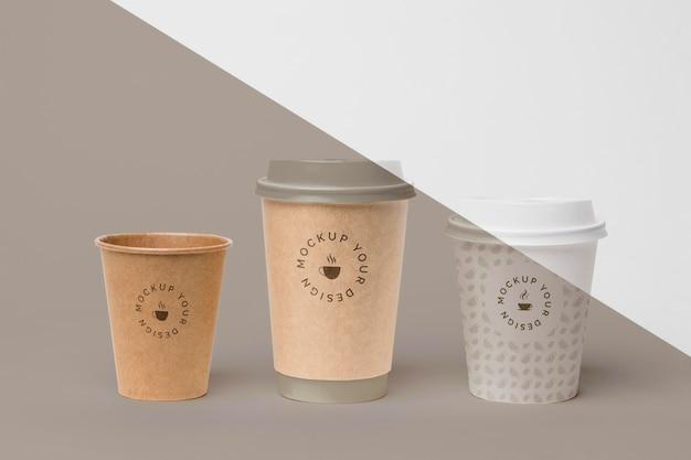 커피와 함께 플라스틱 컵 테이블에 모의