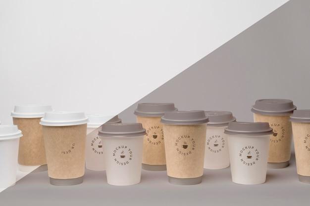 コーヒーのモックアップとプラスチックカップ