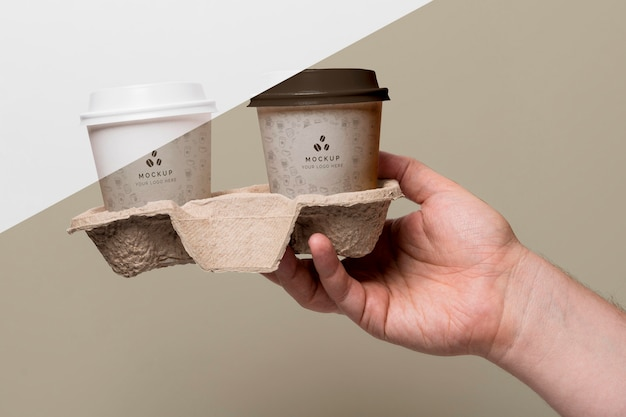 Пластиковые чашки с макетом кофе в подставке