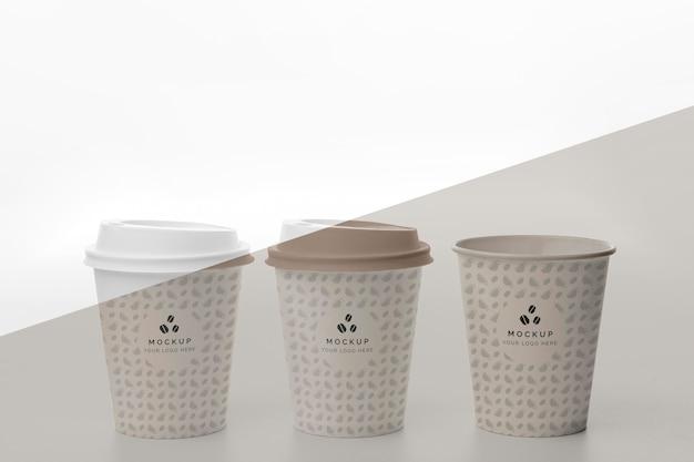 커피와 함께 플라스틱 컵은 테이블에 모의
