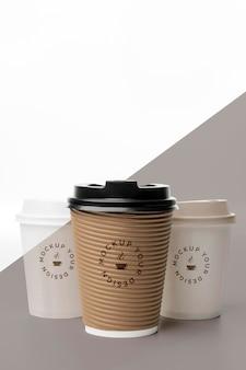 テーブルの上にコーヒーのモックアップとプラスチック製のコップ