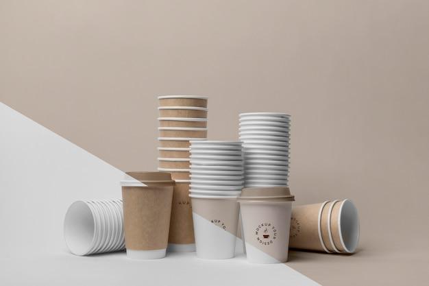 Bicchieri di plastica con caffè mock up sul tavolo