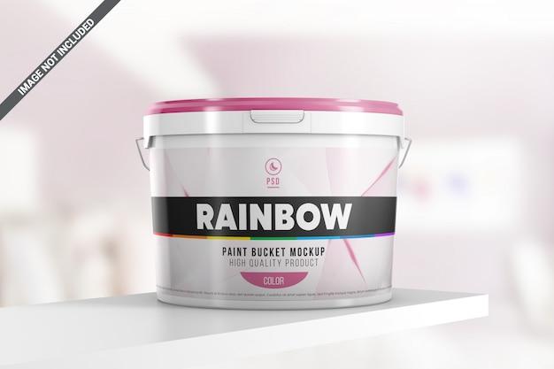Пластиковое ведро с краской на макете полки
