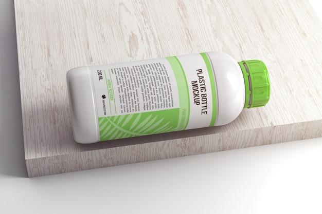 Пластиковая крышка с винтовой крышкой на деревянной поверхности макета