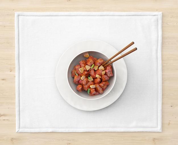 Тарелка с азиатской едой и палочками