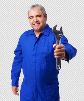 Портрет механик держит гаечный ключ