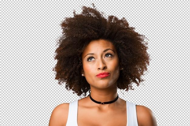 Портрет молодой чернокожей женщины, думающей