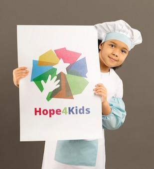 Портрет милая маленькая девочка держит знак макет