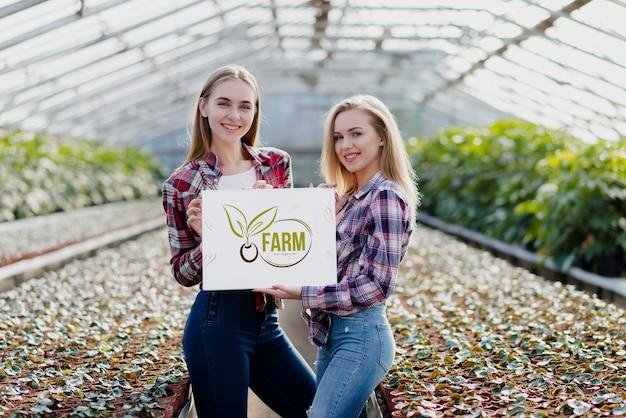 Портрет милые молодые девушки позируют на ферме