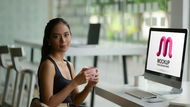 Портрет женского модельера улыбается и смотрит в камеру