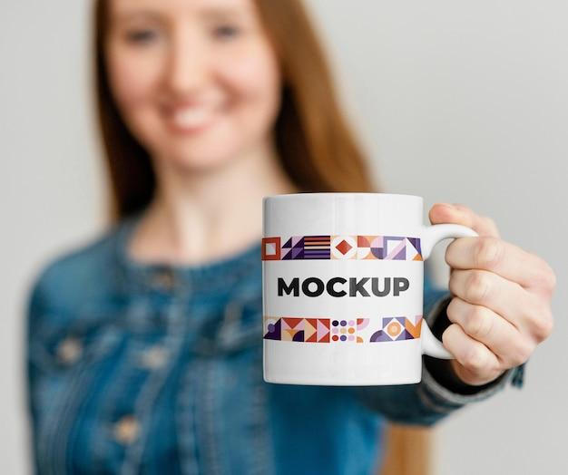 マグカップを持っている女性の肖像画