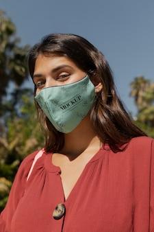 모형 의료 마스크를 가진 여자의 초상화