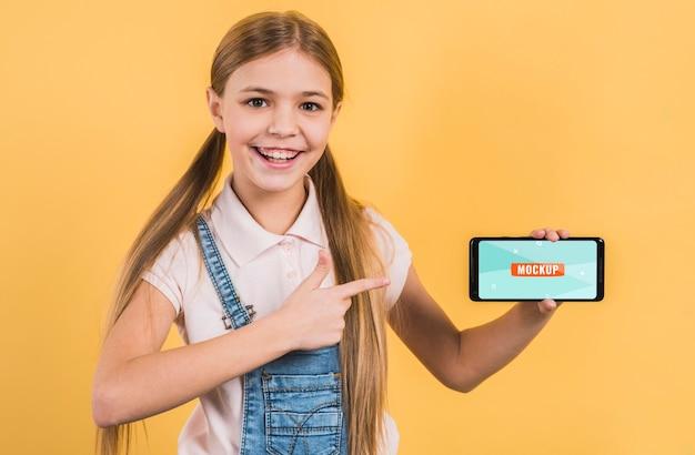 携帯電話を持つ若い女の子の肖像画
