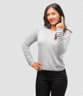 넘버 원을 보여주는 젊은 인도 여자의 초상화, 계산의 상징, 수학의 개념, 자신감과 명랑