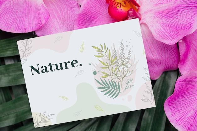 花の横にあるカードの肯定的なメッセージ