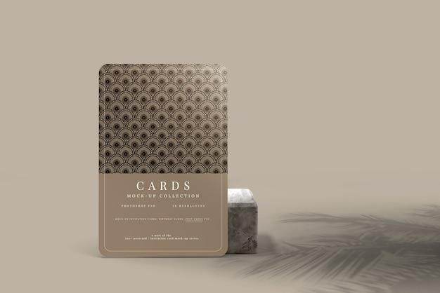 角が丸いポストカードまたは招待状のモックアップ