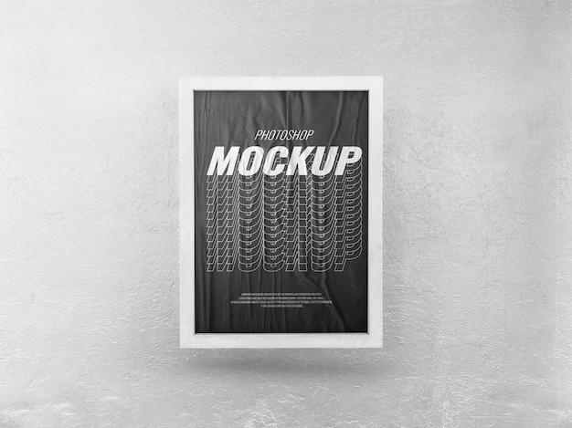 白い壁にモックアップを宣伝するポスターフレーム