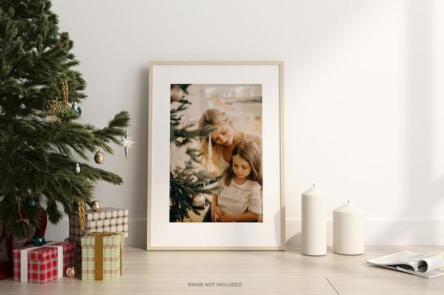 Woden 바닥에 크리스마스 트리와 포스터 프레임 모형