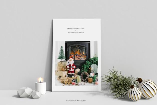 Рамка для плаката с рождественскими украшениями и макетом из сосновых листьев
