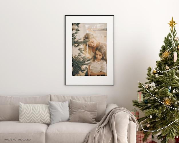 크리스마스 트리 모형이 있는 거실의 포스터 프레임