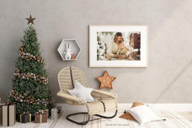 3d 렌더링의 벽과 크리스마스 트리에 있는 포스터 모형 디자인
