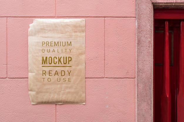 Mockup di poster sul muro rosso