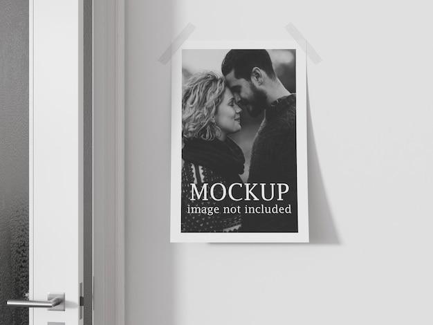 투명 테이프로 벽에 붙어있는 포스터 모형