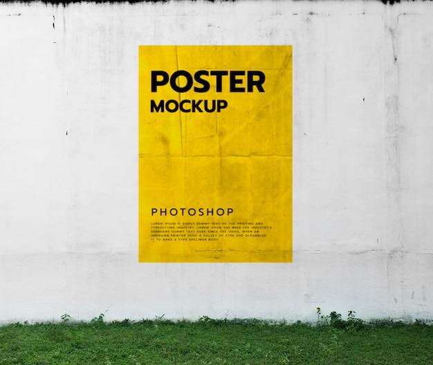 Плакат на фоне стены
