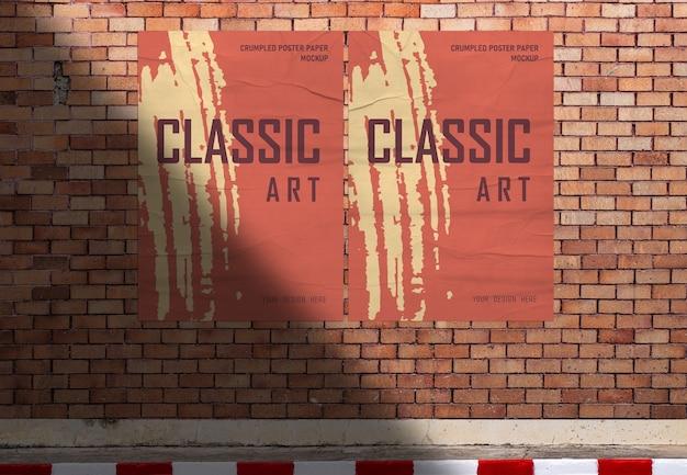 道端のオレンジ色のレンガの壁の背景にポスター紙のモックアップ