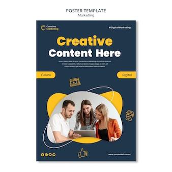 Modello di poster design con persone che lavorano al computer portatile