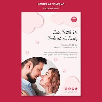 Modello di poster per san valentino con coppia innamorata