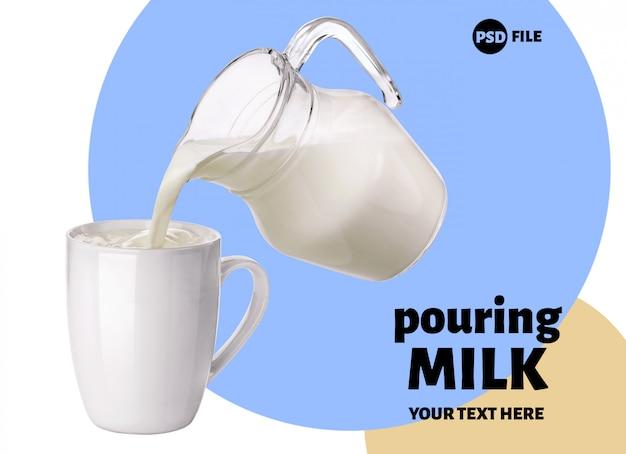 Лить молоко из стеклянного кувшина в чашку