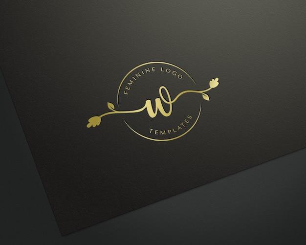 Макет прессованного золотого логотипа на черной бумаге