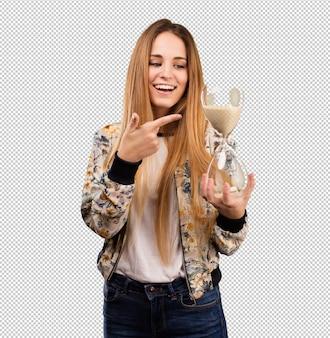 Довольно молодая женщина с песком таймер