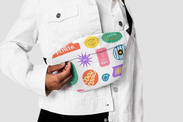 Мокап поясной сумки с принтом и фотосессия в уличной одежде с эстетичным дизайном