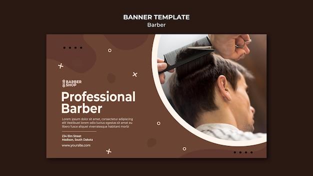 Cliente di barbiere professionista presso il banner del negozio di barbiere