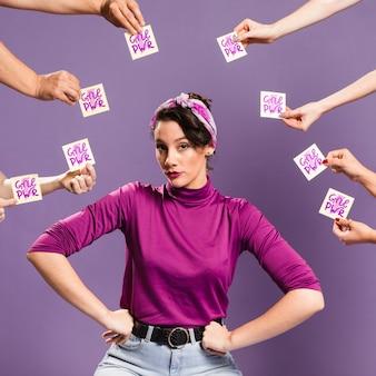 Orgogliosa donna con note adesive