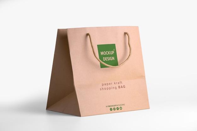 商品の茶色の紙袋モックアップ。ロゴのある企業の包装テンプレート。 psdの4分の3が編集可能なクラフトパッケージを表示