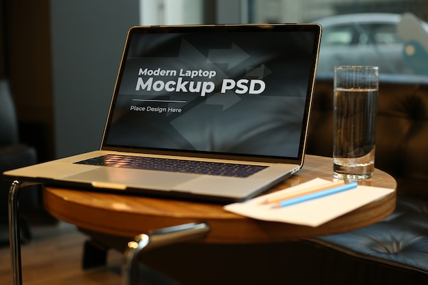 ラウンドテーブルモックアップpsdのコーヒーとラップトップ