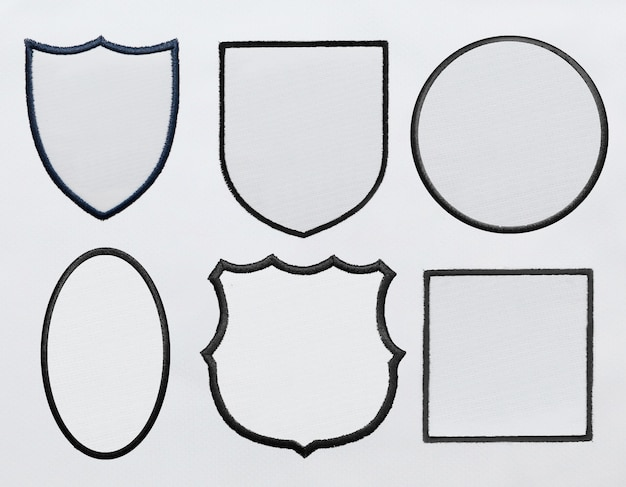Psdファイルの白いファブリックの背景にロゴのパッチ