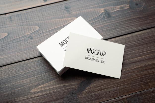 空白の白い名刺モックアップpsdの木のテーブル