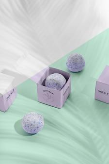 보라색 상자와 입욕제 모형