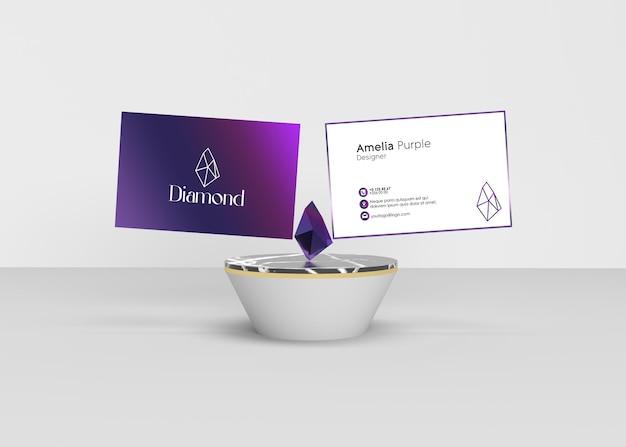 モックアップの準備ができている紫色のダイヤモンドのない紫色の名刺デザイン