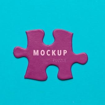 Фиолетовый кусок головоломки на синем фоне