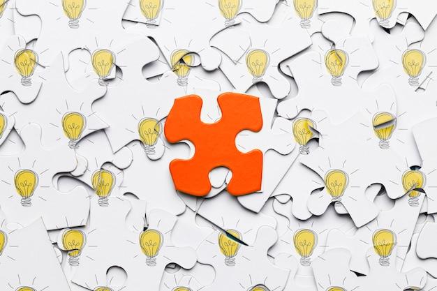 Concetto di puzzle con un pezzo di puzzle rosso