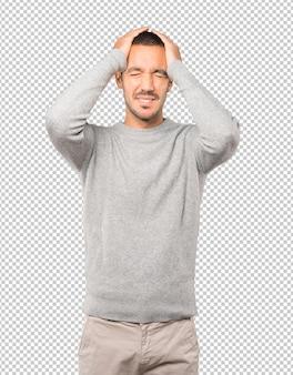 Тихий мужчина делает расслабляющий жест